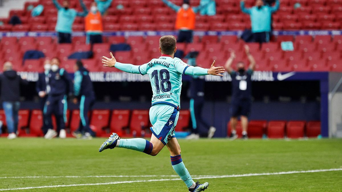 De Frutos y el «banquillo» celebra el segundo gol.  efe/chema moya