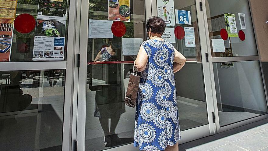 Usuarios de los centros de mayores municipales de Alicante piden su reapertura tras 16 meses