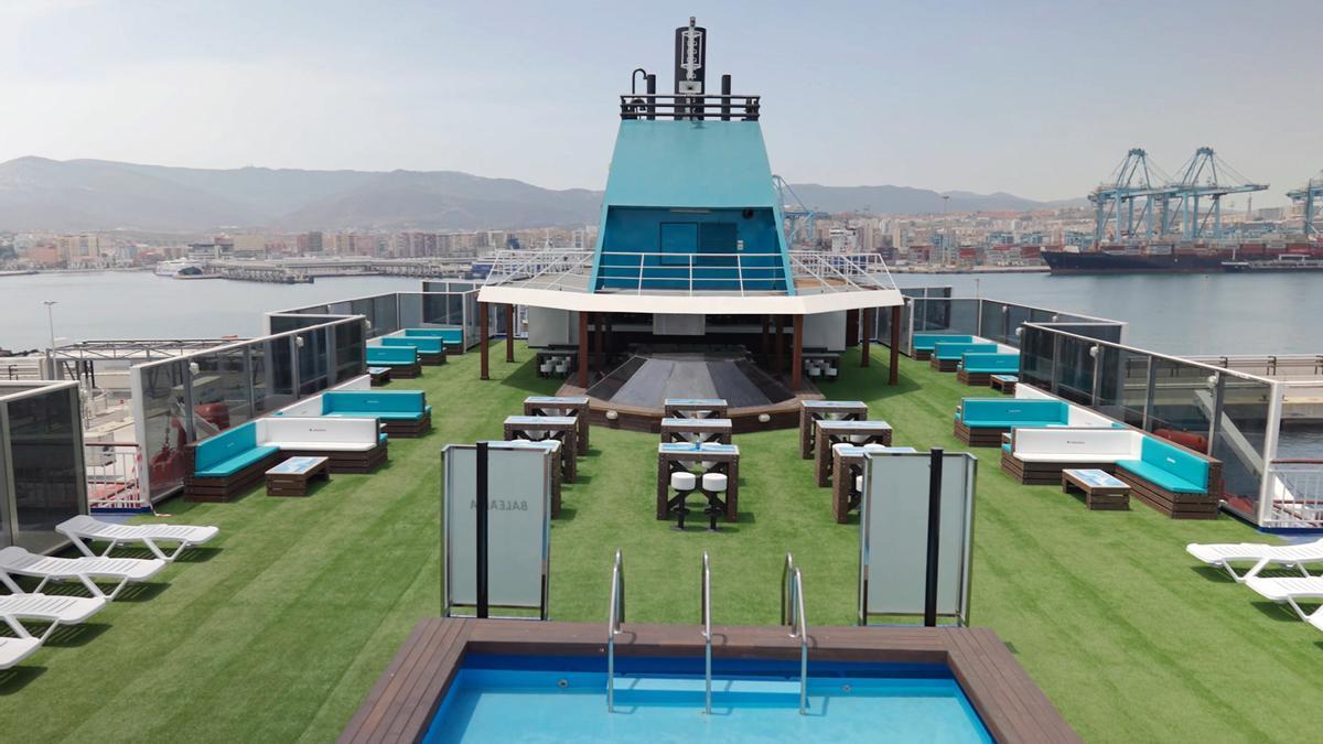 Mobiliario de terraza realizado con botellas de Cabreiroá recicladas, en un buque de Baleària.