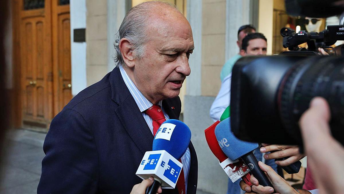 Fernández Díaz parlant amb els mitjans en una fotografia d'arxiu. | EUROPA PRESS