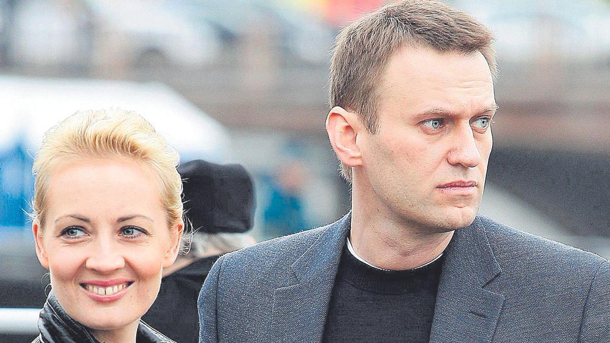 El opositor ruso Alexei Navalni, junto a su esposa.