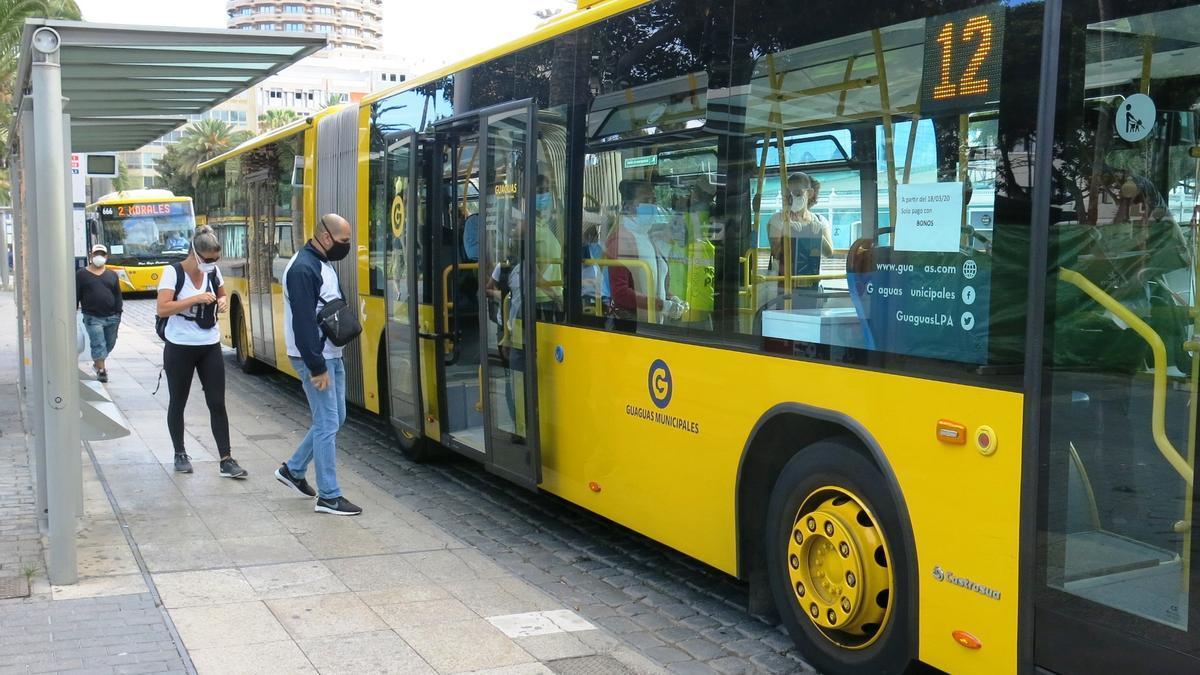 Un vehículo de Guaguas Municipales, la compañía urbana de viajeros en Las Palmas de Gran Canaria.