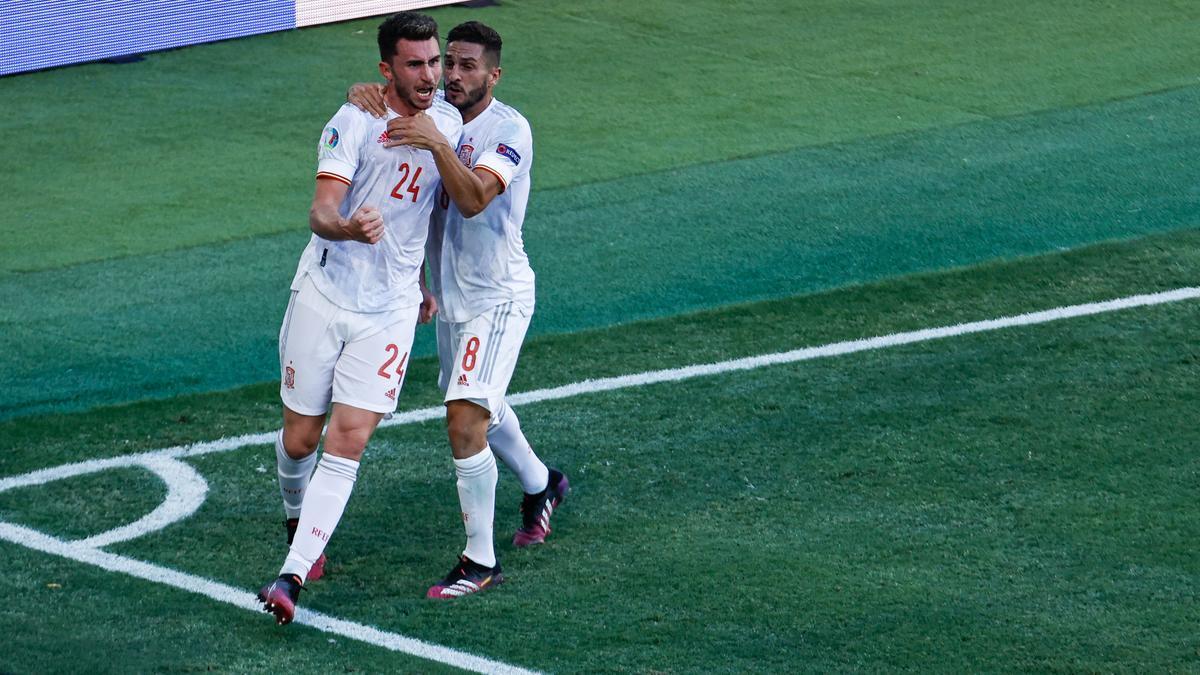 Aymeric Laporte celebra con Koke su gol ante Eslovaquia