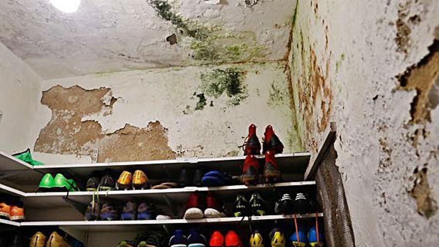 """El Marino vive con """"miedo"""" por el mal estado de los vestuarios de Miramar: así están las peligrosas instalaciones"""