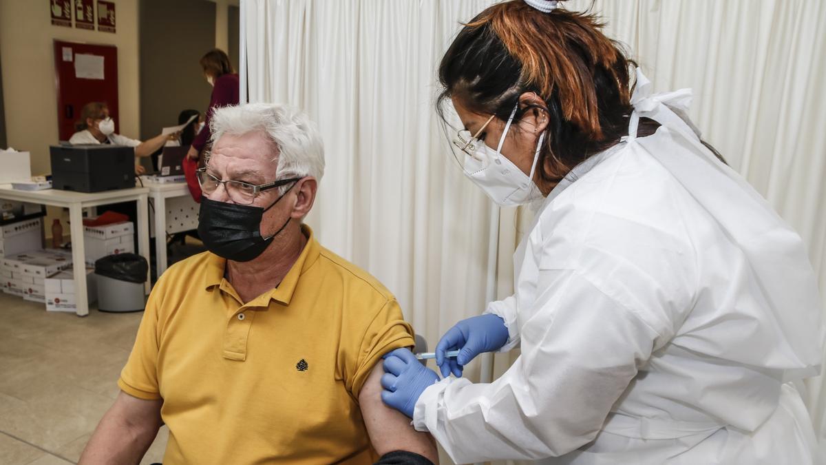 Una sanitaria administra la vacuna contra el covid a un cacereño.