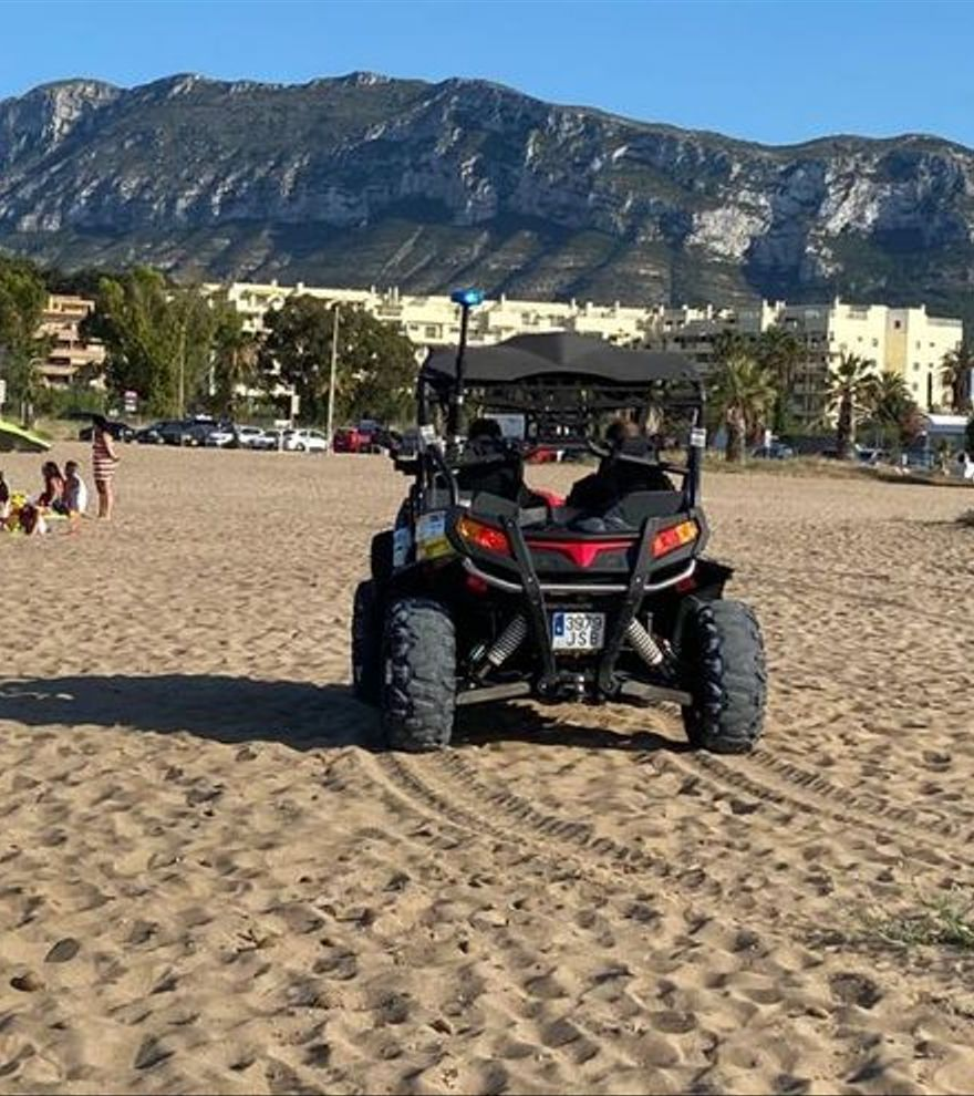 La policía de Denia y una médica de vacaciones reaniman a una chica de 15 años que sufrió un paro cardíaco en la playa