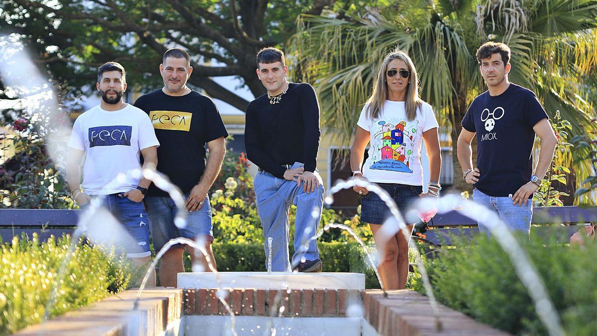 Los creadores de las cuatro marcas de camisetas malenas, en el emblemático Paseo Pedro Vargas de Posadas. En el centro, Palomo Spain.