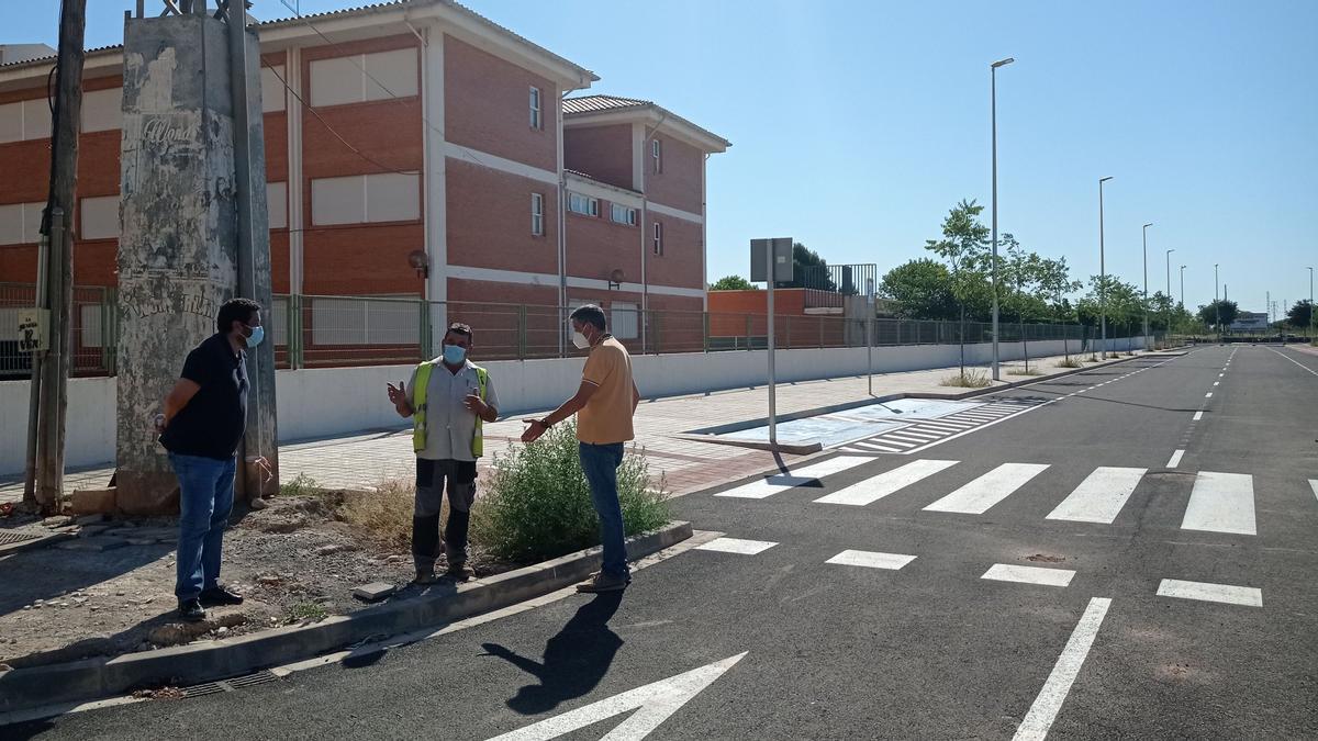 Técnicos de Iberdrola en la prolongación de la calle Carcagente.