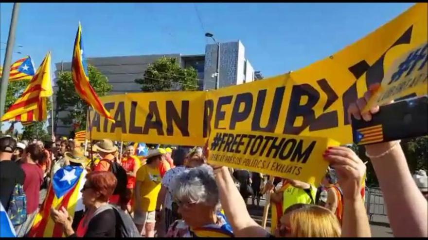 Centenars de catalans es concentren davant l'Eurocambra