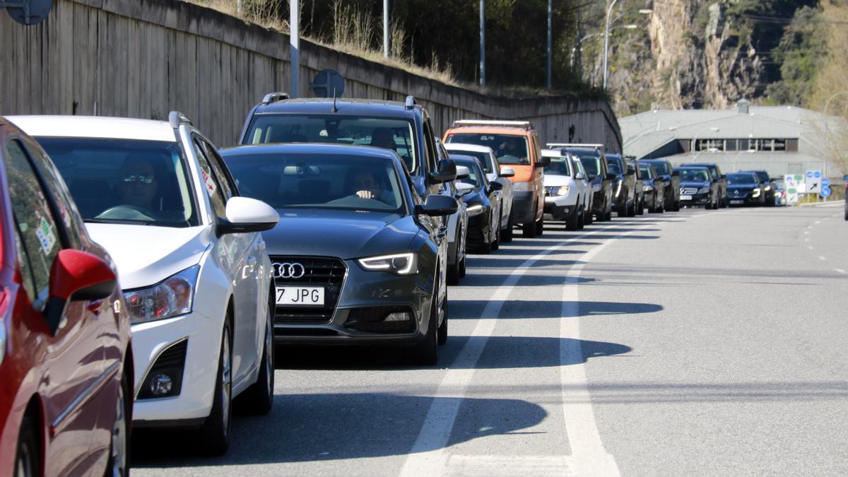 Cotxes circulant en direcció a Andorra, just abans de travessar la frontera
