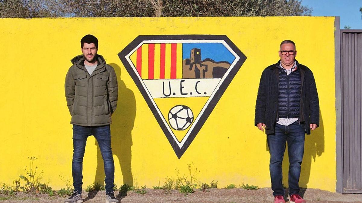 El capità del Castellfollit, Ivo Pujiula, i el president, Miquel Andújar, ahir al camp.
