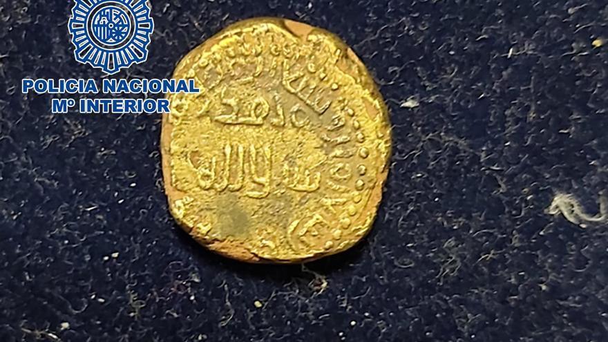 La Policía Nacional recupera en Calp una moneda de oro del año 716 que iba a ser vendida en redes sociales