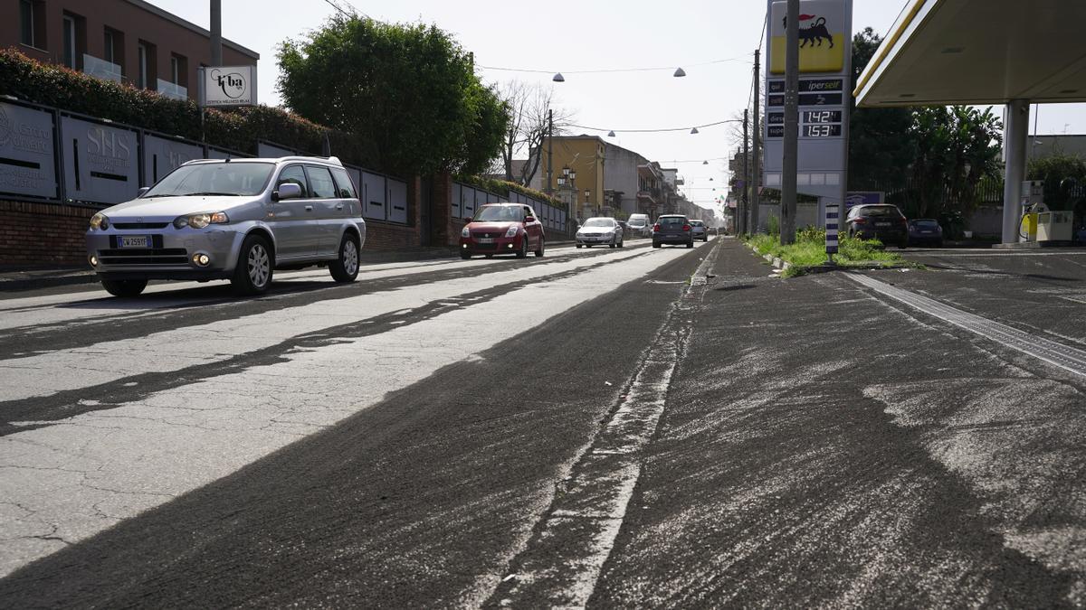 Las calles de Giarre, Sicilia, cubiertas por cenizas.