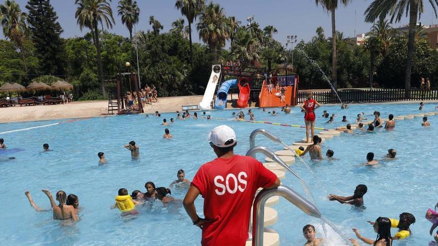 El veraneo en las piscinas comunitarias, en el aire