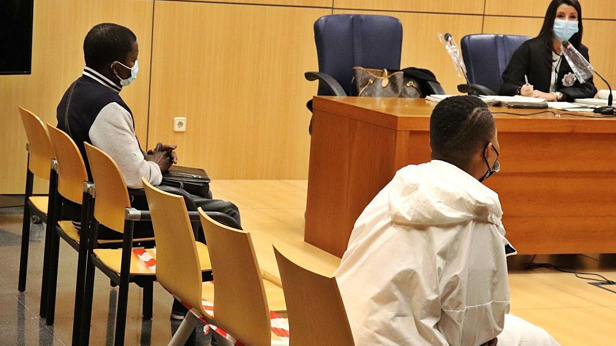 Dos de los presuntos miembros de la red de trata son interrogados durante el juicio.   I.CABANES
