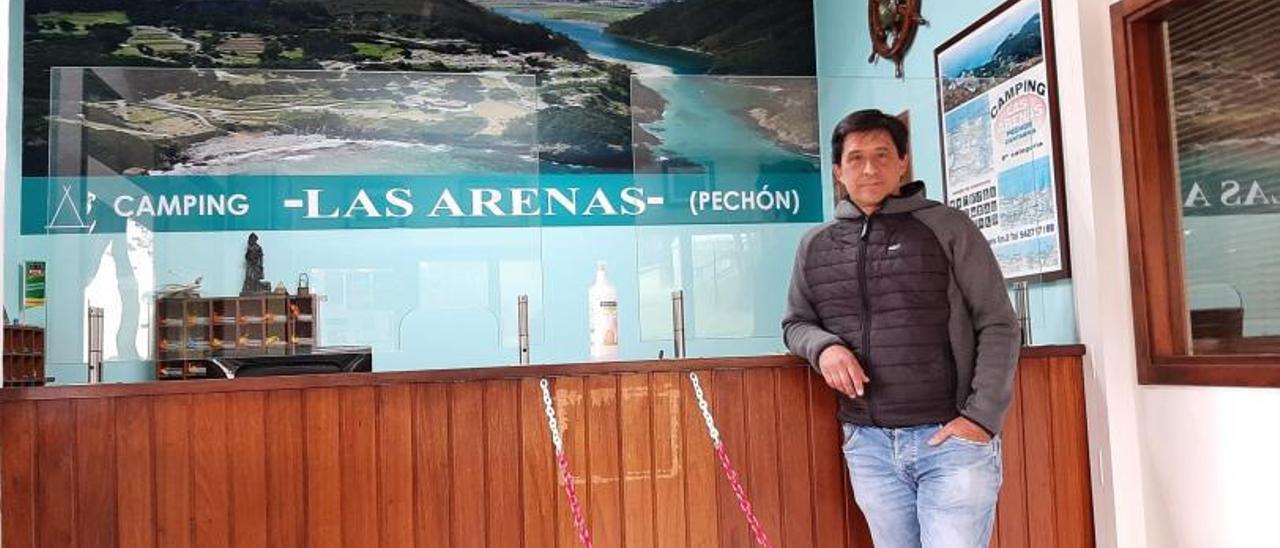Pablo Díaz Stalla, ayer, en la recepción del negocio familiar que regenta en Pechón.   P. D. S.