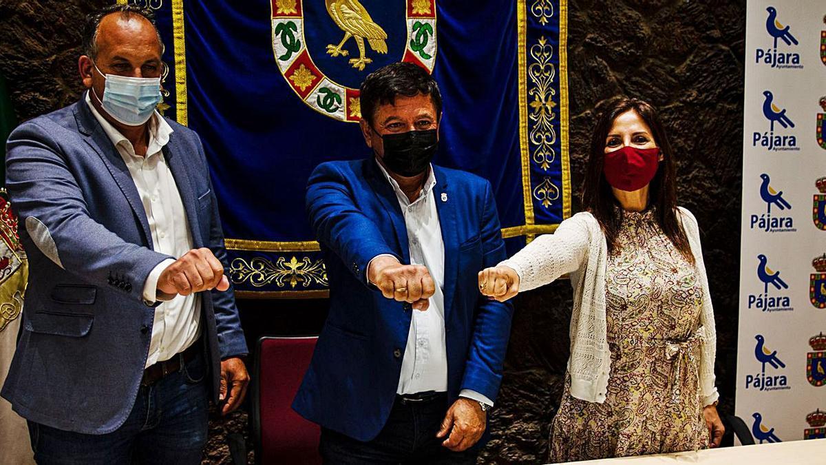 De deerecha a izquierda, Alexis Alonso (CC), Pedro Armas (AMF) y Dunia Álvaro (PP), ayer. | | ONDA FUERTEVENTURA