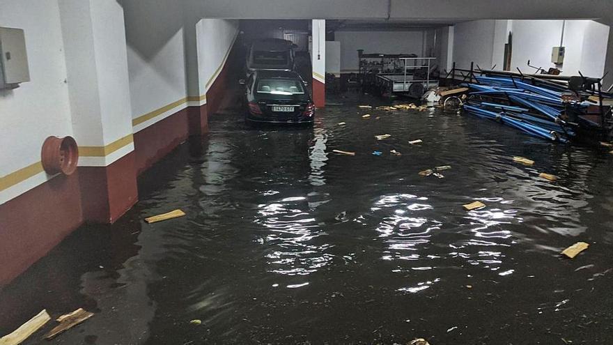 Los dueños de un bajo en Areal denunciarán al Concello tras 18 años de inundaciones