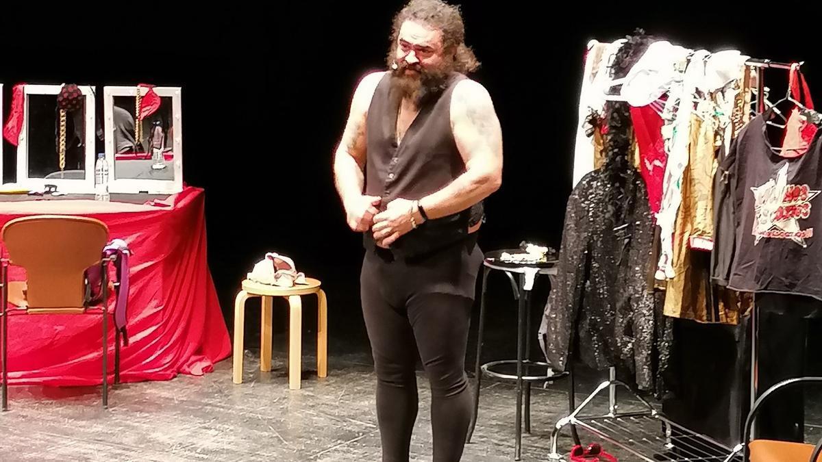 """""""El Sevilla"""" en el escenario del Latorre durante su espectáculo de humor"""