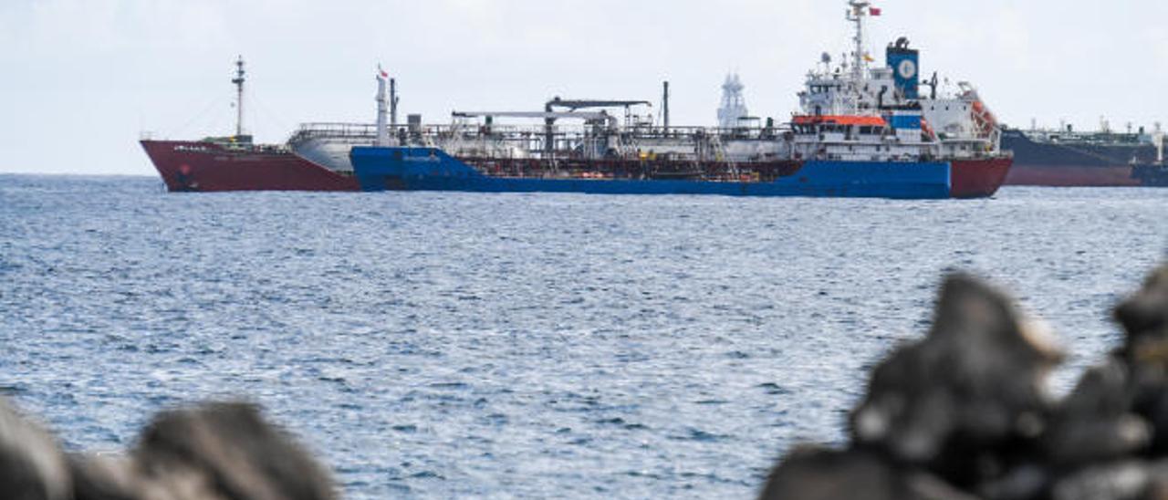 Una gabarra suministra petróleo en fondeo en aguas del Puerto de La Luz.