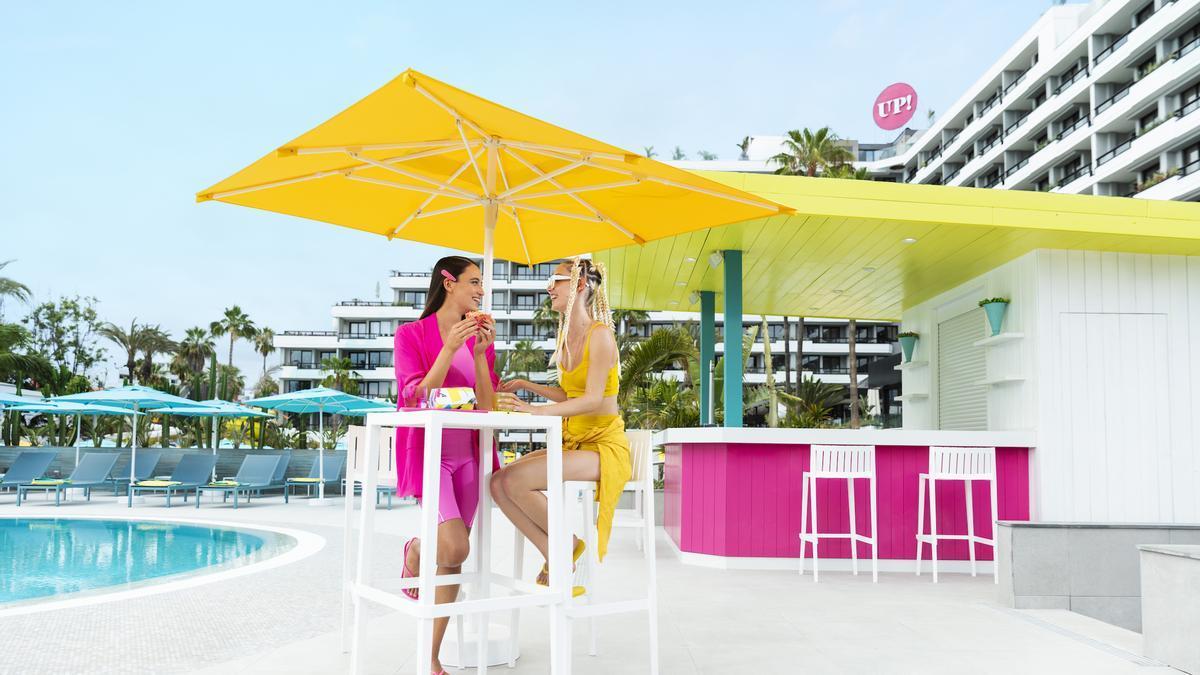 Imagen del bar y la piscina del Hotel Bitácora.