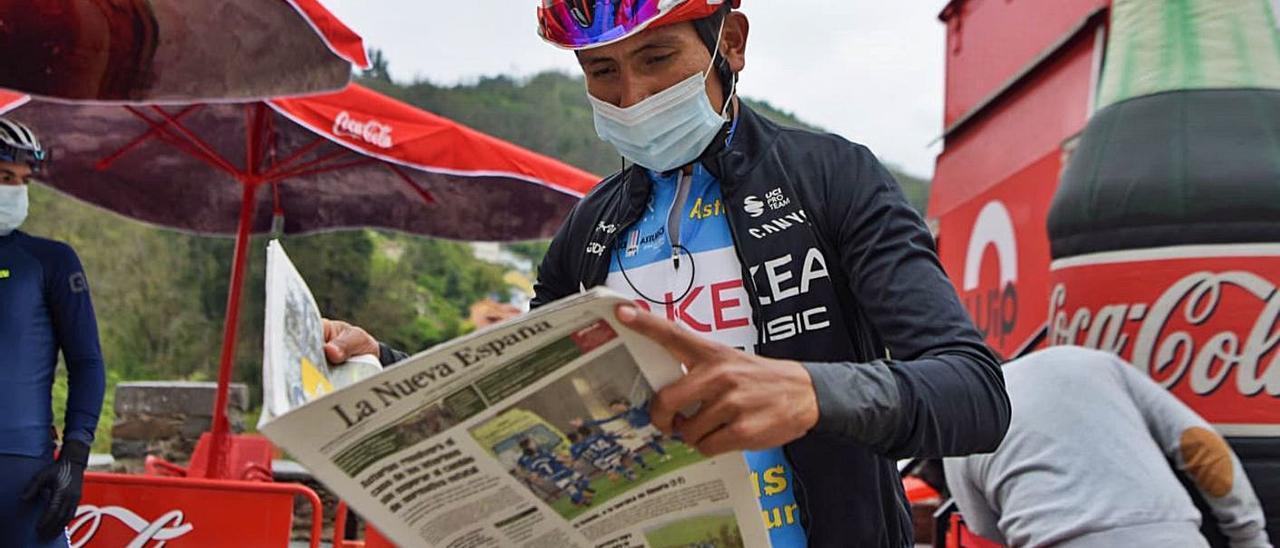 Nairo Quintana, ayer, leyendo LA NUEVA ESPAÑA en la salida de Cangas del Narcea. | Miki López