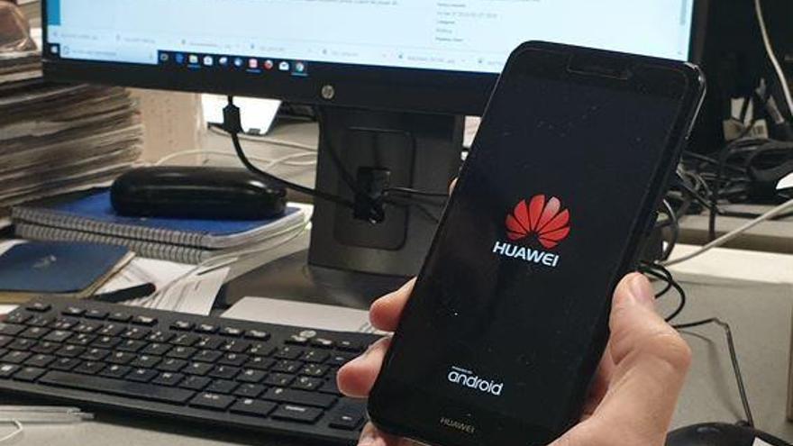 """Tens un mòbil Huawei? La CE alerta que s'ha de """"tenir por"""" d'empreses com aquesta"""