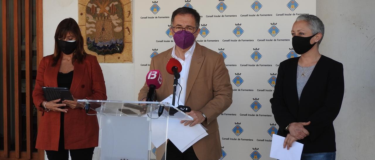 Josep Marí Ribas, Alejandra Ferrrer y Antònia Font, en Formentera