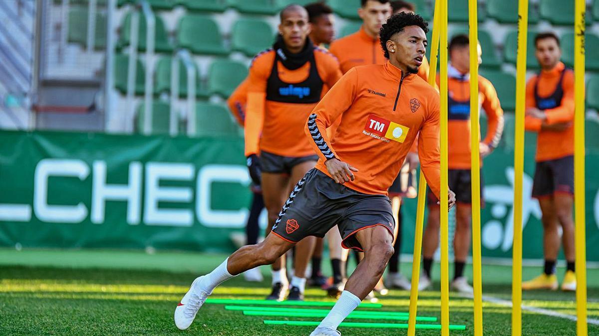 El colombiano Johan Mojica se estrenará esta tarde en el Martínez Valero tras debutar en Valladolid.  | SONIA ARCOS/E.C.F.