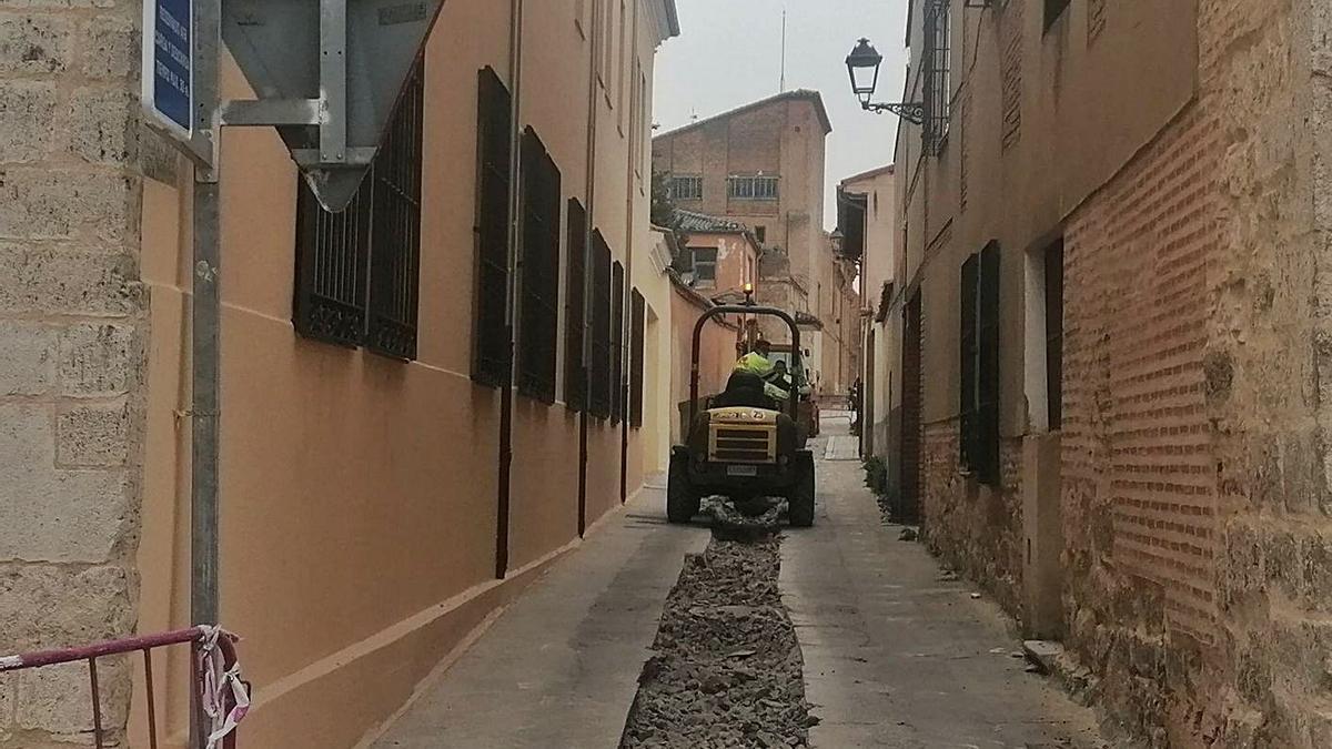 Obras ejecuta la renovación de tuberías en la calle Morán   M. J. C.