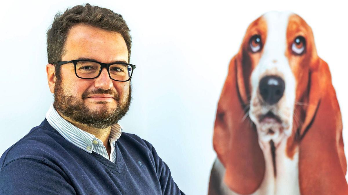 Fernando Summers, junto a la imagen inconfundible de la marca, el perro sabueso de Rastreator.