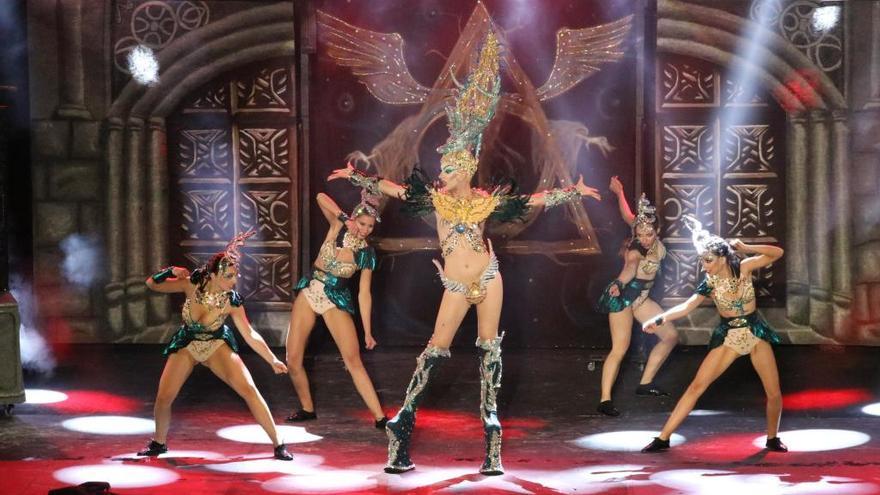 El carnaval africano derrocha purpurina y pluma con la Gala Drag Queen