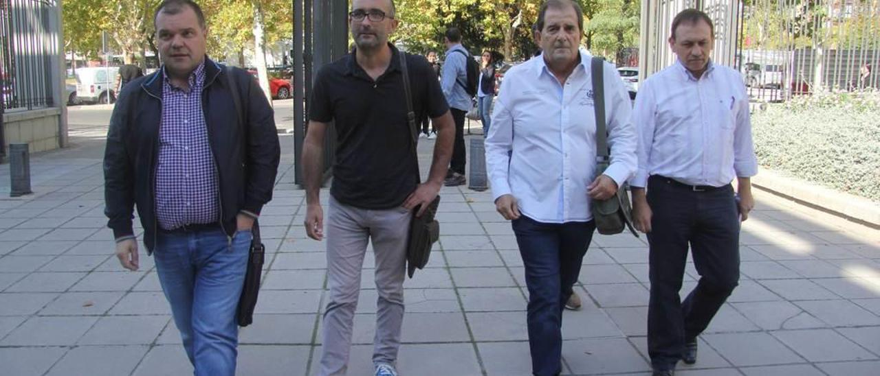 Por la izquierda, los sindicalistas del SOMA y CC OO José Luis Alperi, Damián Manzano, Víctor Fernández y Jesús Crespo, el pasado octubre, camino de una reunión en Madrid.