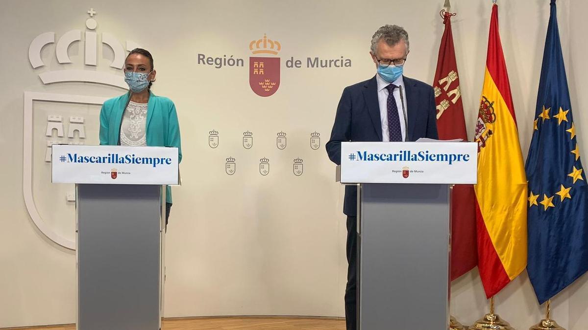 El consejero de Salud, Juan José Pedreño, acompañado de Valle Miguélez, en rueda de prensa esta mañana.