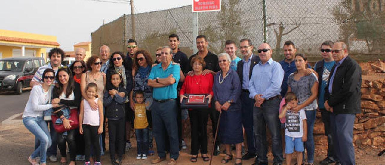 La familia de Domingo Martín posan delante del rótulo de la calle que lleva el nombre del fallecido taxista.