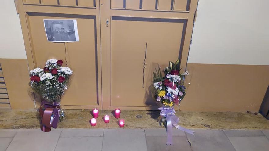 Flores y velas en la puerta del casal de Pere Maria Orts en recuerdo del presidente eterno