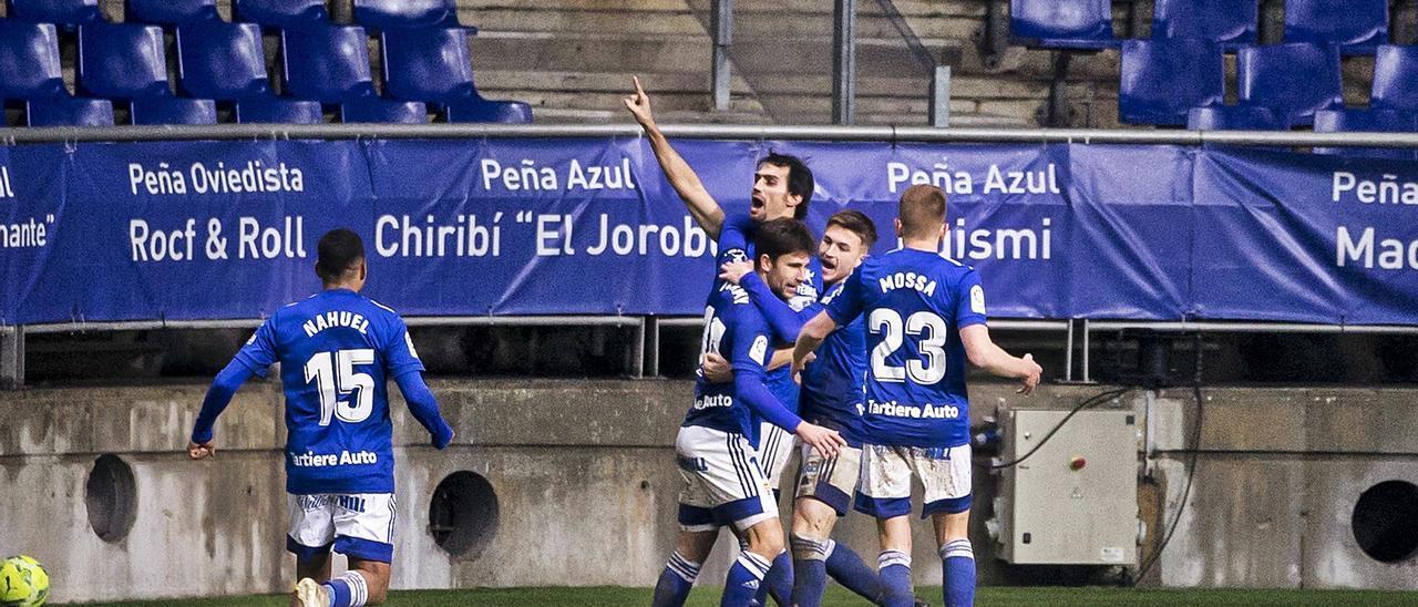 Jimmy y Viti abrazan a Arribas, que dedica su gol, mientras Mossa y Nahuel llegan a la escena.. | Irma Collíín