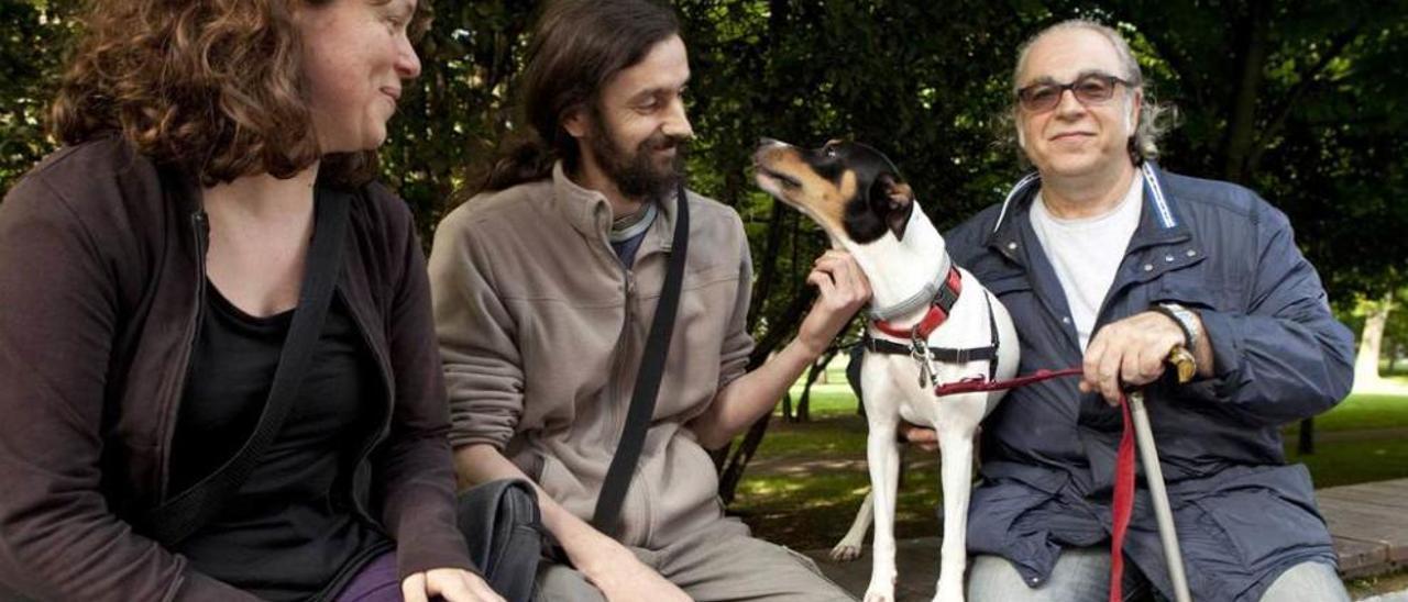 """Por la izquierda, Virginia Nieto, Alberto Macías y Ángel Sánchez con su perro """"Pim""""."""