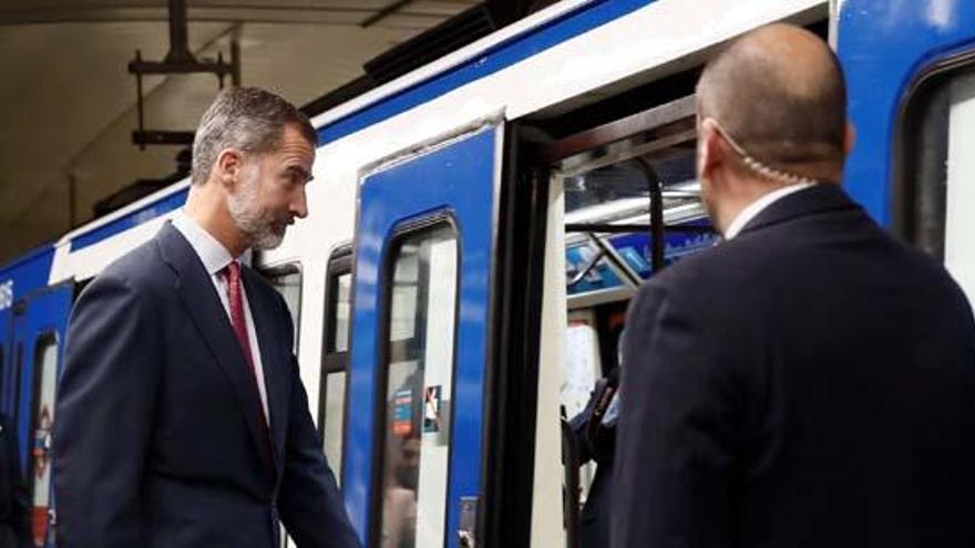 Felip VI puja al metro de Madrid
