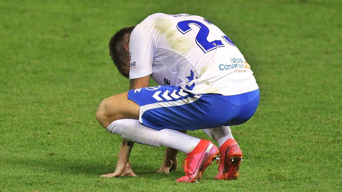 Sipcic se lamenta después de un mal resultado del CD Tenerife sobre el césped del Heliodoro. | | LALIGA
