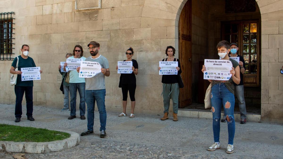 """Entidades sociales y ecologistas protestan ante el Consolat: """"Es hora de cambiar de dirección"""""""