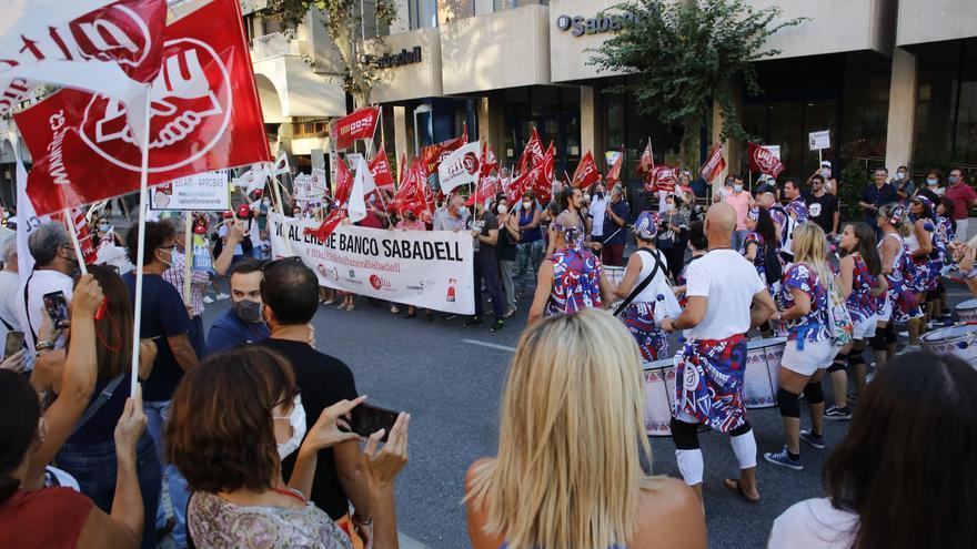 Nueva protesta frente a la sede del banco Sabadell en Alicante