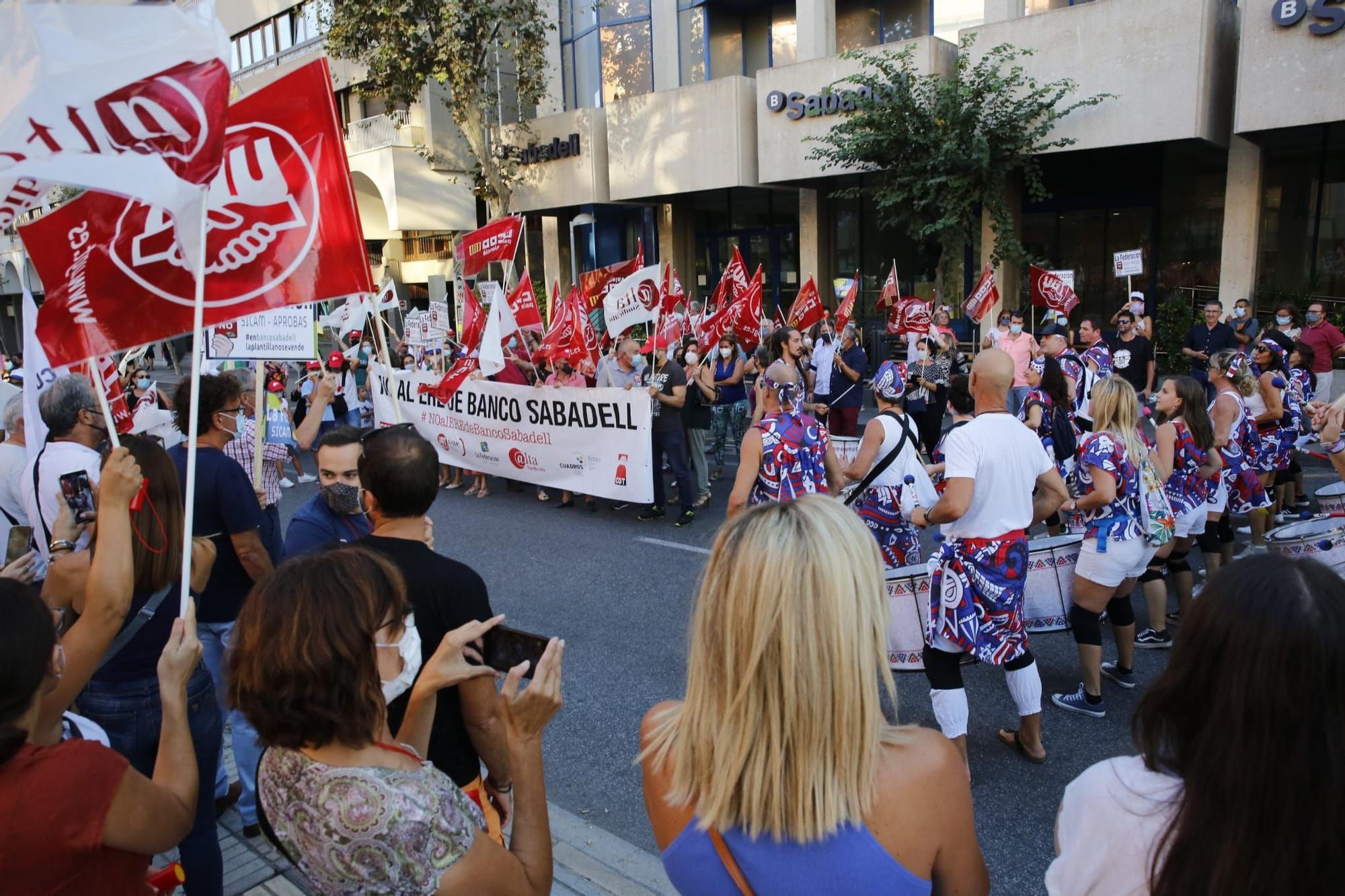 Nueva protesta frente a la sede del Sabadell