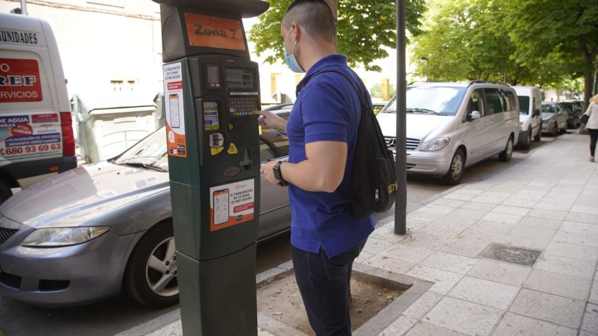 Un joven, en la máquina expendedora de la zona azul de la capital, esta mañana de lunes.