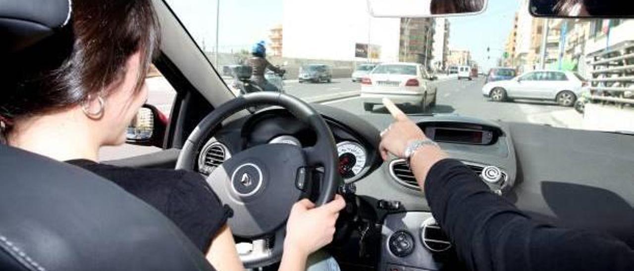 Una mujer conduciendo por una calle de Alicante.