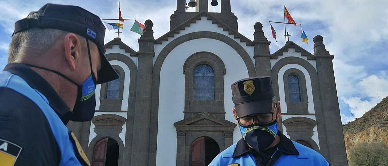 Dos agentes de la Policía Local de Santa Lucía de Tirajana de servicio en el casco del pueblo santaluceño en 2020.