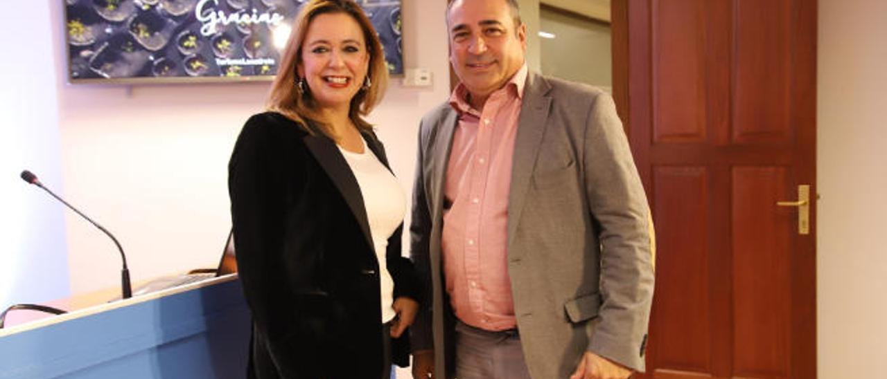 Dolores Corujo y Ángel Vázquez, ayer en el Cabildo en la presentación de las cifras turísticas de Lanzarote.