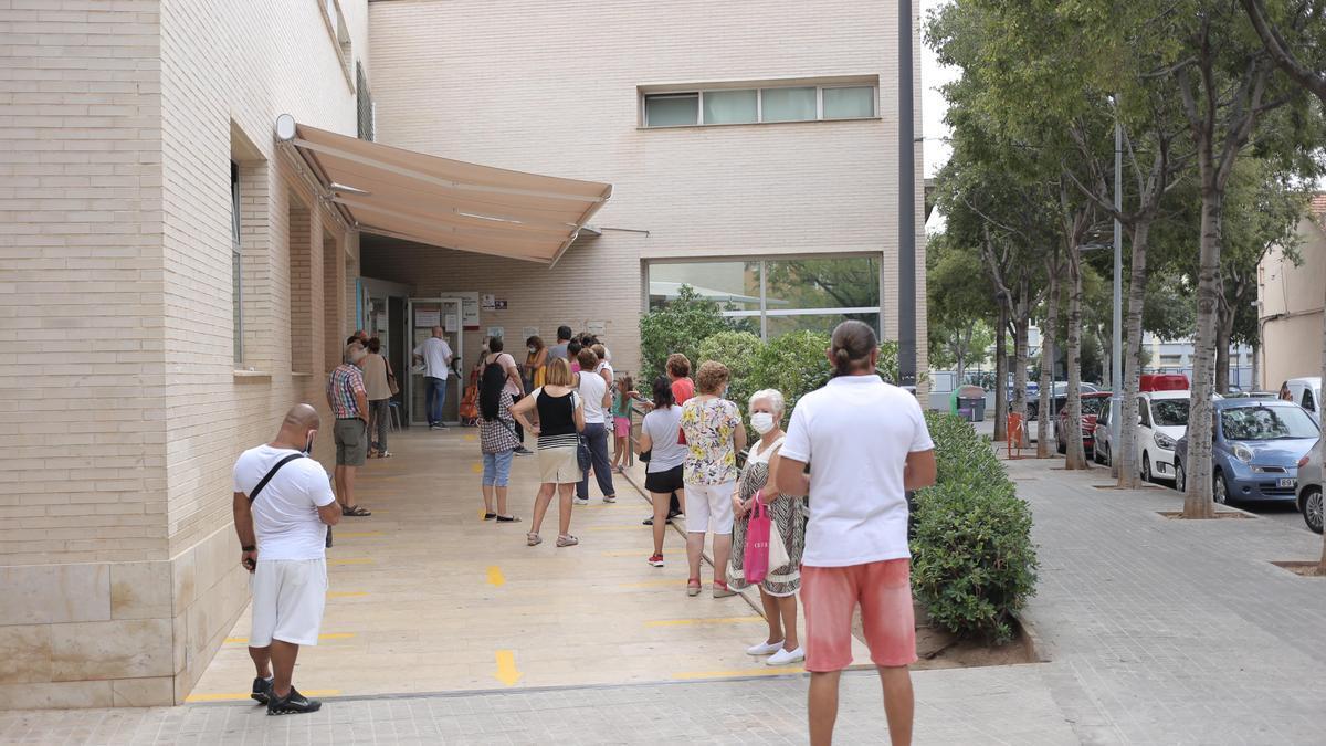 Imagen de la larga cola de pacientes que había ayer para poder acceder al centro de salud Palleter de Castelló.
