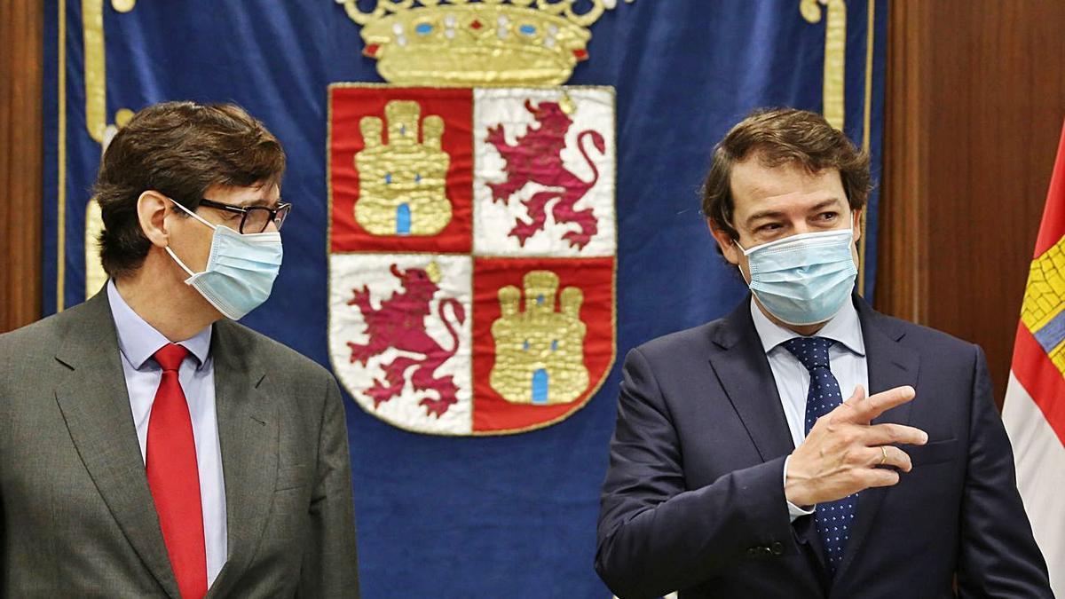 El presidente de la Junta de Castilla y León, Alfonso Fernández Mañueco, derecha, durante la reunión con el ministro de Sanidad, Salvador Illa, ayer en Valladolid.   Ical