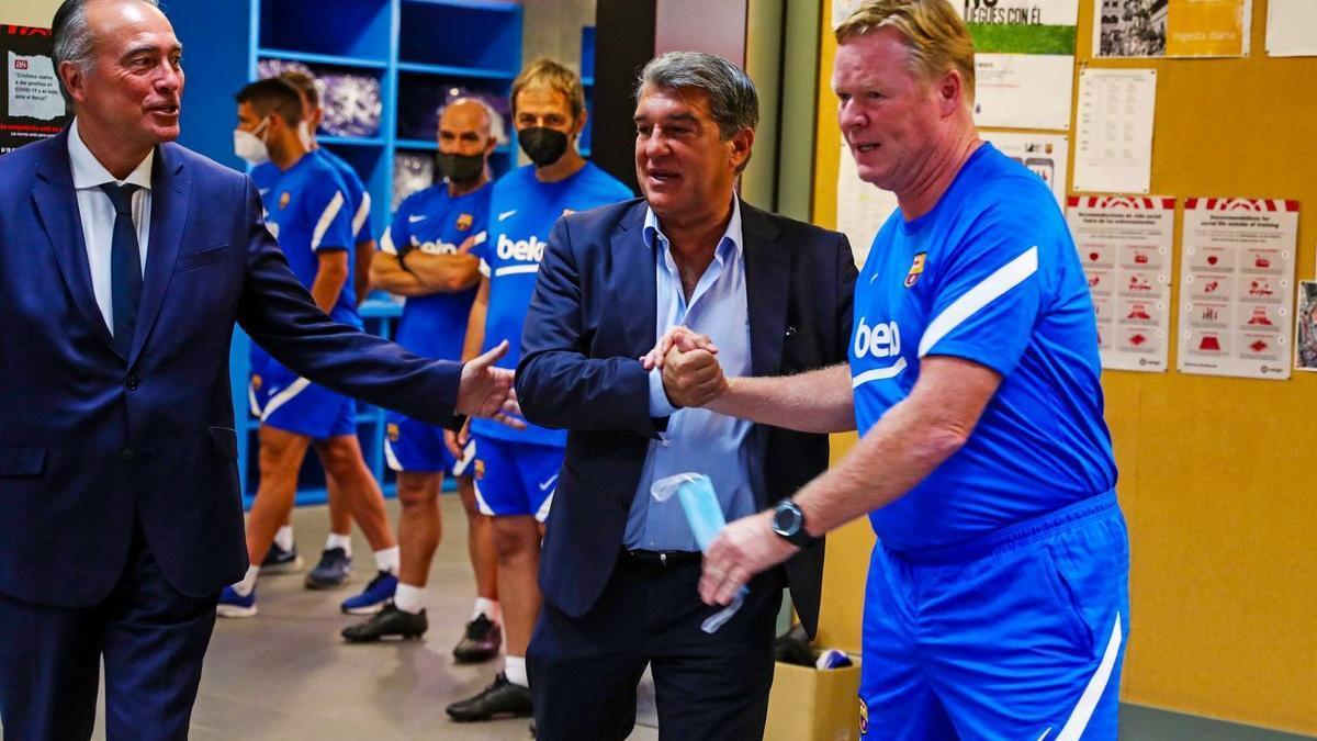 Laporta, acompañado por Rafa Yuste, el vicepresidente deportivo, saluda a Koeman.
